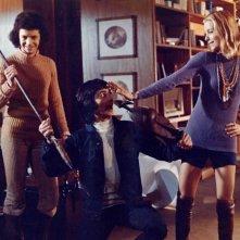 Roberto Bonanni con Guido Boccaccini e Paola Rubens in una scena del film horror Reazione a catena