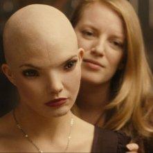Sarah Polley e Delphine Chanéac nel film Splice