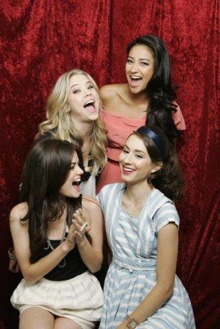 Shay Mitchell, Lucy Hale, Troian Avery Bellisario ed Ashley Benson in una immagine promozionale della serie Pretty Little Liars