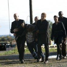 La Lucian Alliance cattura il Dott. Rush (Robert Carlyle) in una scena dell'episodio Subversion di Stargate Universe