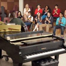 Un'immagine di gruppo tratta da una scena dell'episodio Journey di Glee