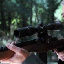 George Clooney imbraccia un fucile nel film The American