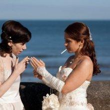 Sally Hawkins e Jade Yourell in una scena della commedia Indovina chi sposa Sally