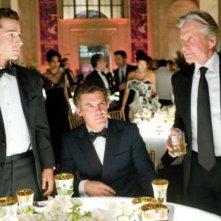 Shia LaBeouf, Josh Brolin e Michael Douglas in una scena di Wall Street 2: Money Never Sleeps
