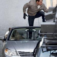 Tom Cruise in un'azione rocambolesca sul set del film Innocenti bugie