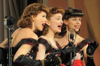 Andrea Osvart, Lotte Verbeek ed Elise Schaap nella miniserie Le ragazze dello swing