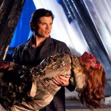 Tom Welling soccorre Cassidy Freeman nell'episodio Salvation di Smallville