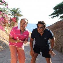 Enrico Brignano e Maurizio Casagrande in un'immagine del film Sharm El Sheikh - Un'estate indimenticabile