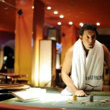 Enrico Brignano in una scena della commedia Sharm El Sheikh - Un'estate indimenticabile