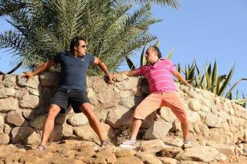 Enrico Brignano e Maurizio Casagrande in una scena della commedia Sharm El Sheikh - Un'estate indimenticabile