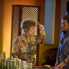 Fioretta Mari con Enrico Brignano in un'immagine della commedia Sharm El Sheikh - Un'estate indimenticabile