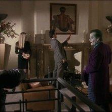 Jack Nicholson con (sullo sfondo) Kim Basinger e Michael Keaton in una scena del film Batman