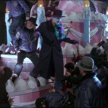 Jack Nicholson in una scena di massa del film Batman di Tim Burton