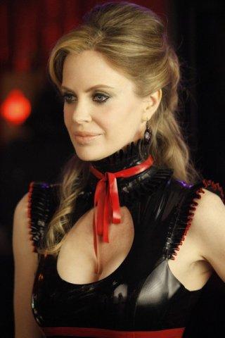 Kristin Bauer in una scena della stagione 3 di True Blood