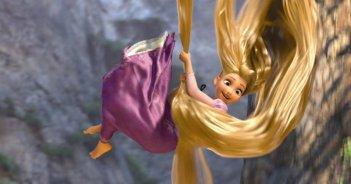 La protagonista del film d'animazione Rapunzel tenta la fuga in groppa ai suoi lunghi capelli