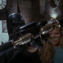 Michael Keaton con Kim Basinger in una scena del film Batman (1989)