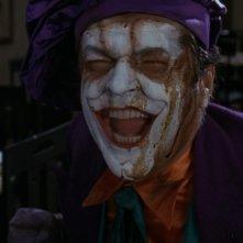 Un\'irriverente Jack Nicholson in una scena del film Batman di Tim Burton