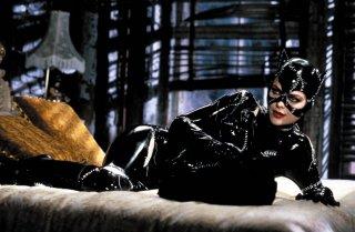 Wallpaper di Michelle Pfeiffer distesa sul letto in una scena del film Batman - il ritorno