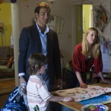 Clive Owen con il piccolo Nicholas McAnulty ed Emma Booth in un'immagine di The Boys Are Back