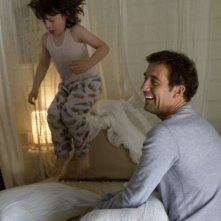 Clive Owen e il piccolo Nicholas McAnulty in un'immagine di The Boys Are Back