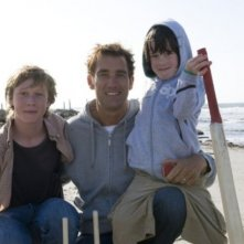 George MacKay, Clive Owen e il piccolo Nicholas McAnulty in un'immagine di The Boys Are Back