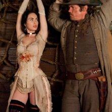 Josh Brolin e Megan Fox in una scena di Jonah Hex