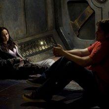 David Blue parla con Elyse Levesque nell'episodio Incursion: Part 2 di Stargate Universe