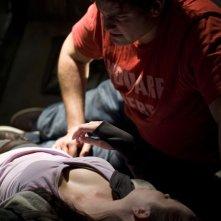 Eli (David Blue) conforta Chloe (Elyse Levesque) nell'episodio Incursion: Part 2 di Stargate Universe
