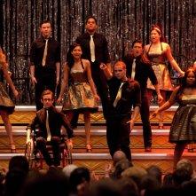 Il cast di Glee durante l'esibizione dell'ultimo episodio della prima stagione: Journey