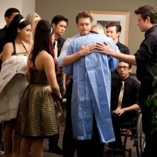 Il Glee Club abbraccia Puck (Mark Salling) nell'episodio Journey di Glee