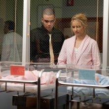 Mark Salling e Dianna Agron guardano la bambina nell'episodio Journey di Glee