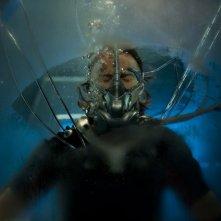 Robert Carlyle in acqua in una scena dell'episodio Space di Stargate Universe