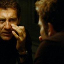 Clive Owen in un'immagine 'doppia' del film Ragazzi miei