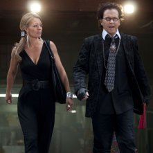 Jeri Ryan e Timothy Hutton nell'episodio The Bottle Job di Leverage