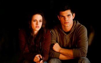 Bella (Kristen Stewart) accanto a Jacob (Taylor Lautner) nel film The Twilight Saga: Eclipse
