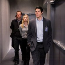 Brandon Routh seguito da Yvonne Strahovski e Adam Baldwin nell'episodio Chuck Versus the Subway