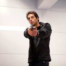Chuck (Zachary Levi) armato di pistola in: Chuck Versus the Subway
