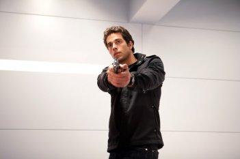 Chuck (Zachary Levi) armato di pistola in: Chuck Versus the Subway