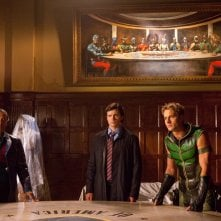 Phil Morris, Tom Welling, Justin Hartley e un quadro della Justice League nell'episodio Absolute Justice di Smallville