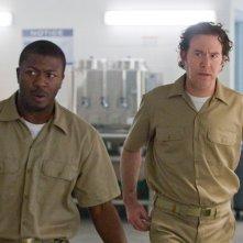 Timothy Hutton ed Aldis Hodge nell'episodio The Jailhouse Job di Leverage