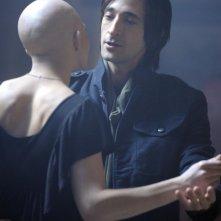Adrien Brody e Delphine Chanéac in una scena del film Splice