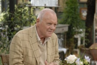 Anthony Hopkins nel film You Will Meet a Tall Dark Stranger