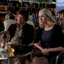 Josh Brolin e Naomi Watts in You Will Meet a Tall Dark Stranger