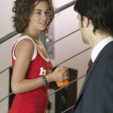 Nina Torresi e Giulio Berruti (di spalle) nella sit-com L\'ospite perfetto - Room 4U