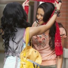 Shay Mitchell in una scena dell'episodio Can You Hear Me Now? di Pretty Little Liars