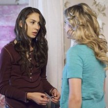 Troian Bellisario ed Ashley Benson nell'episodio Can You Hear Me Now? di Pretty Little Liars