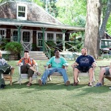 Adam Sandler, Rob Schneider, Kevin James, Chris Rock e David Spade in una scena della commedia Un weekend da bamboccioni