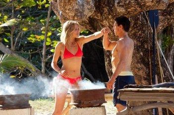 June (Cameron Diaz) prova ad aggredire Roy (Tom Cruise) in una scena del film Innocenti bugie