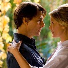Un'immagine romantica ritrae insieme Tom Cruise e Cameron Diaz nel film Innocenti bugie
