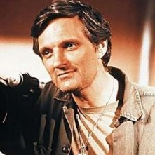 "Alan Alda impersona il Capitano Benjamin Franklin ""Occhio di Falco"" Pierce in M.A.S.H."